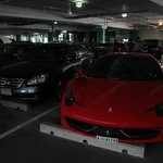 Парковка у Феррари центра внушительная, автомобили тоже.