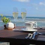 Champagne au petit déjeuner...devant la mer