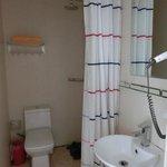 ドアの無いトイレ、シャワー&洗面台