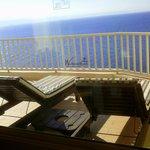 шезлонги и вид открывающийся с балкона