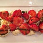 Fraises, mousse de rhubarbe, crémeux chocolat blanc