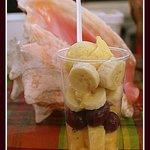 SALADE DE FRUITS FRAIS SURMONTE DE SON SORBET EXOTIQUE
