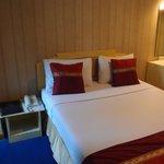 標準大床房, 床是4呎半, 房間細小, 牆紙好舊, 但好過雙床房
