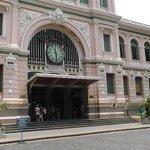 Центральная почта Хошимина недалеко от отеля. Отправляли кофе в Россию - 10 кг 2000 рублей ;)