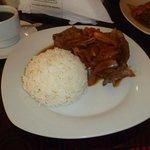 Bistec encebollado con arroz para el desayuno