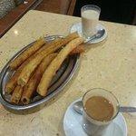 6 churros y 2 cafes con leche 2'40 €