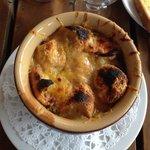 Zuppa di cipolle bruciata fatta con il dado