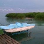 Pontile dell'albergo sul lago Balaton con attrezzature