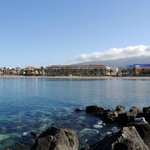 Вид на пляж и отель с волнореза