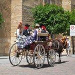 Carrozza con donne in abito tradizionale per la Fiera di Maggio