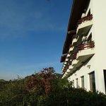 Fachada dos  apartamentos lado de fora (vista panorâmia)