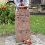 Nuestro guía, el madrileño Manu, en la parada del tour en la tumba del perro en el cementerio de
