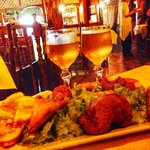 Assortiment de friture et vin De Cilaos.