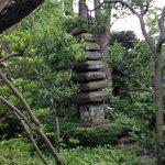 館内からお庭に出てきた所の塔の様な石像