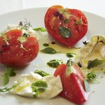 Burratta, tomates coeurs de boeuf er differents basilics