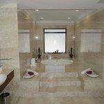 Maharana Suite - Jacuzzi & Bathroom