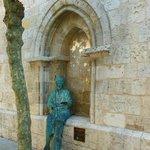 Estatua de San Lázaro en un lateral de la Iglesia.
