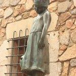 скульптура грустной девочки