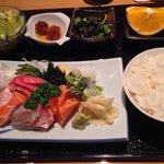 Beilagen beim Mittagsmenü: Salat, eingelegte Gurken, Fischbällchen, 1 viertel Orange