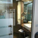 Bad mit Dusche und Toilette (durch Glasschiebetür getrennt)