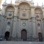 Здание собора, капелла примыкает к нему