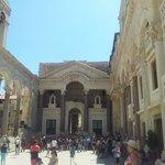 piazza principale dentro il Palazzo di Diocleziano