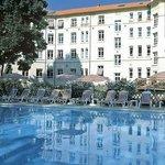 vue de la piscine et de l'hôtel