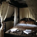 Four poster bed in room 10