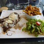 piccata de bœuf à l'italienne, frites fraîches et salade verte.