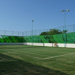 Cancha de tenis sobre cesped artificial