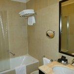 une salle de bain propre et bien équipée