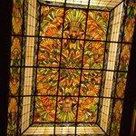 El vitral en el techo del lobby.