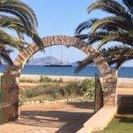 Ingresso e spiaggia dell'albergo