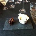 Postre: Reducción vino tinto con queso y helado vainilla y crujiente de chocolate