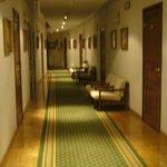 Madera y alfombras en el pasillo del primer piso