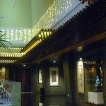 Projeções decoram a parte superior das paeredes do lobby