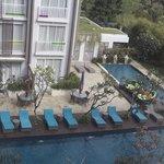 la piscine vue depuis une chambre
