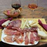 Tagliere di affettati e formaggi innaffiati da un ottimo chianti e da un rosato!!