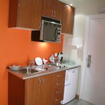 Cocina completa con placas y fregadero, Horno microondas, utensilios y para cocinar dos personas