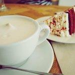 Chai latte y red velvet.