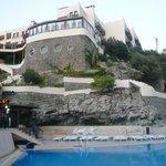 Вид на отель из нижнего бассейна