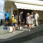Vooraf het lopen van de Aposelemis kloof  bij het plaatselijke taverne koffie
