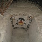 Escudo papal pintado en el techo.