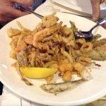 fritto misto di pesce con verdure croccanti e bianchetti