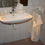 Lavabo avec passage pour chaise, miroir adéquat, sèche-cheveux à bonne hauteur