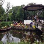 Замечательный остров тюльпанов в парке!