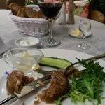 Le plat traditionnel (porc confit vinaigre blanc) avec son shot de vodka
