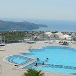 Vista de la piscina y del mar desde la habitación