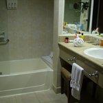 salle de bains avec decoration serviette poule
