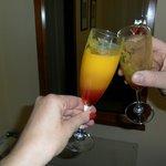 Brindando con la copa de Bienvenida